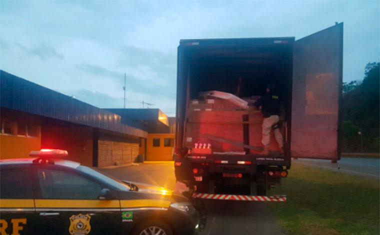 PRF de Sete Lagoas prende motorista e recupera carreta roubada com carga de leite em pó