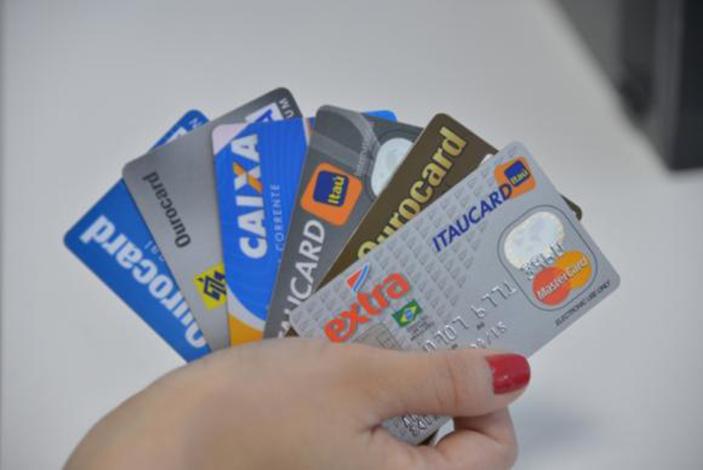 Juros do cartão de crédito batem recorde e chegam a mais de 480% ao ano