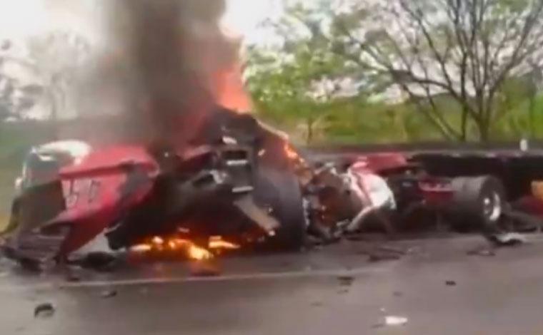 Duas pessoas morrem carbonizadas após batida entre duas carretas na BR-040