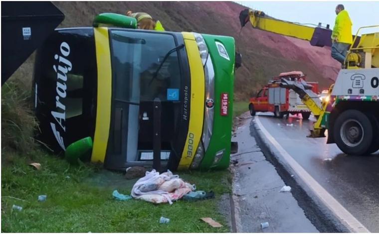 Mulher morre e 44 pessoas ficam feridas após ônibus tombar na BR-040, em Minas