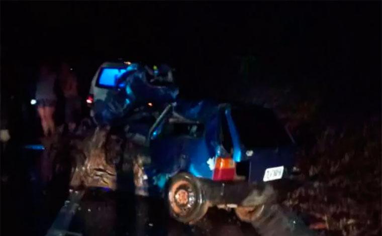 Casal morre e duas crianças ficam feridas após carro bater de frente com caminhão na BR-135, em MG