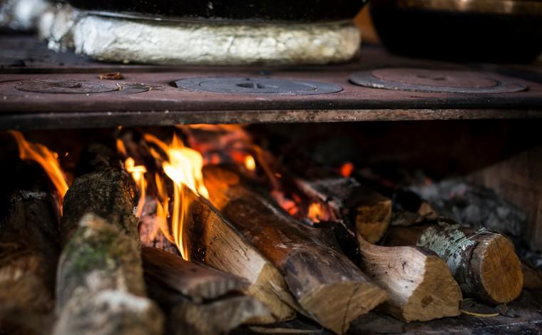 Com aumento de preço, brasileiros já usam mais lenha do que gás na cozinha