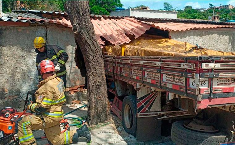 Três pessoas ficam feridas após caminhão perder freios e atingir casa em Ribeirão das Neves