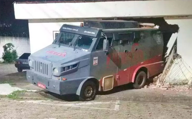 Carro forte sem motorista invade casa e destrói sala e quarto no Sul de Minas