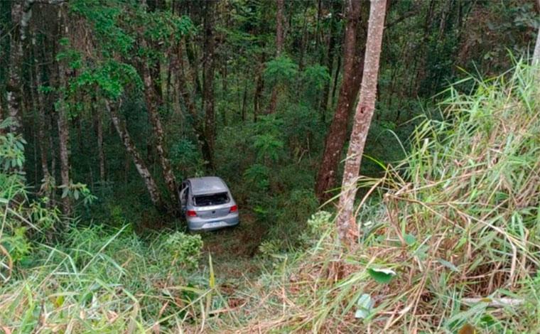 Adolescente de 16 anos morre após carro cair em ribanceira na MG-435, na Grande BH