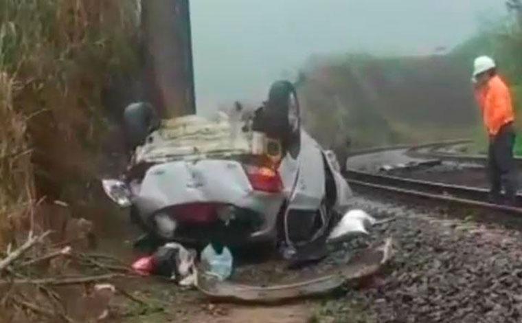 Motorista fica ferido após carro despencar de viaduto de cerca de 8 metros de altura na BR-381