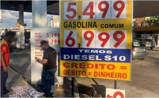 Após denúncia de preços abusivos, polícia fiscaliza 50 postos de combustível da Grande BH