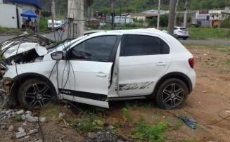 Carro bate em poste e fica completamente destruído, na Av. Marechal Castelo Branco