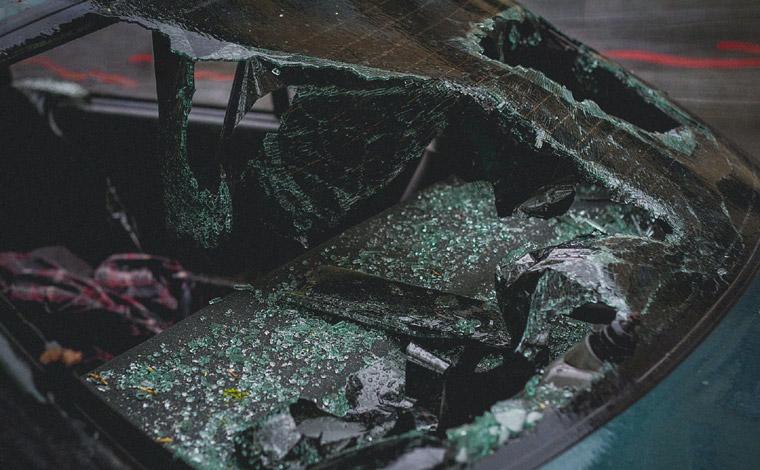 Motorista morre após carro capotar e bater em árvore às margens da BR-040 na Grande BH