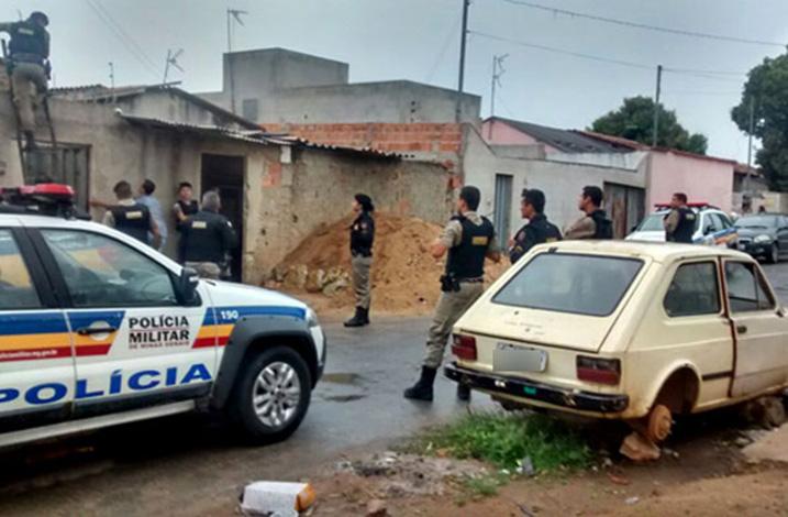 Polícia prende quatro por porte de armas e munições no Bairro Orozimbo