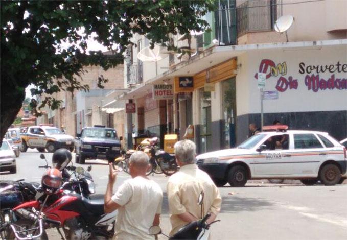 Bandidos invadem agência dos Correios e mantêm cinco reféns em Papagaios