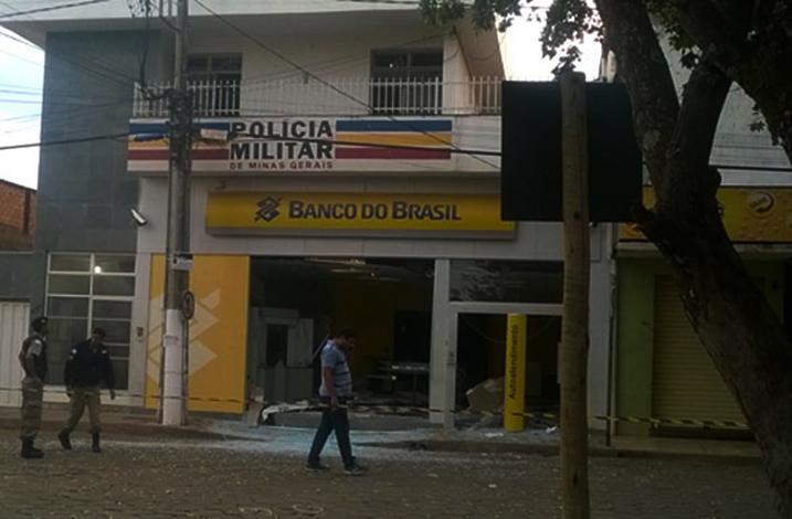 Bandidos explodem caixa eletrônico no prédio da PM em Felixlândia