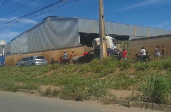 Motorista de caminhão perde o controle e bate em muro no Jardim Primavera