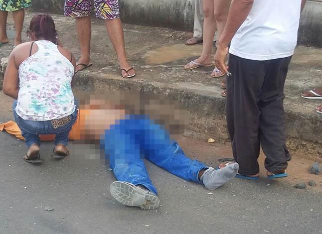 Motociclista se choca com carro e é levado em estado grave para o hospital