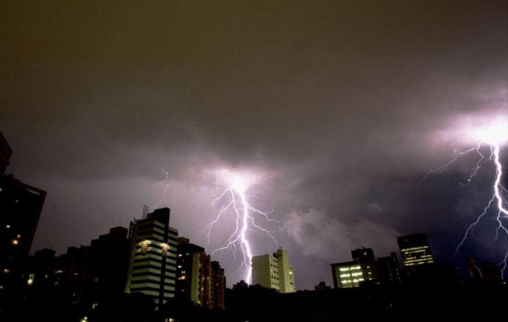 Quinta-feira com pancadas de chuva e tempestades em todo o estado