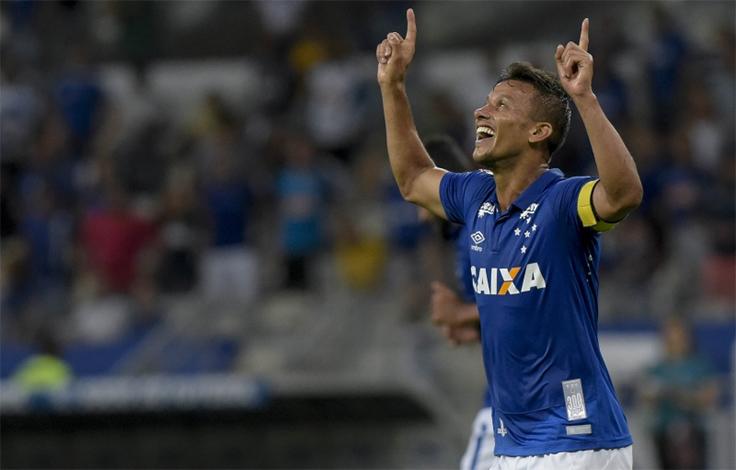 Em casa, Cruzeiro joga para o gasto e vence Caldense pelo Mineiro