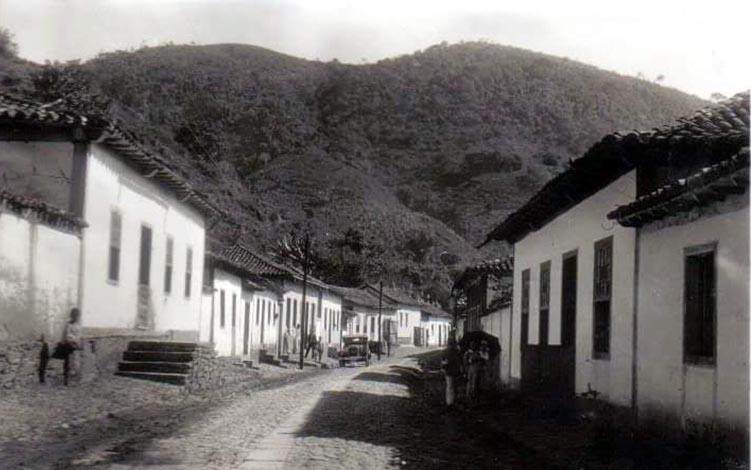 Foto: Arquivo pessoal - Panorâmica da Rua Santana, em Ferros-MG, meados do século XX