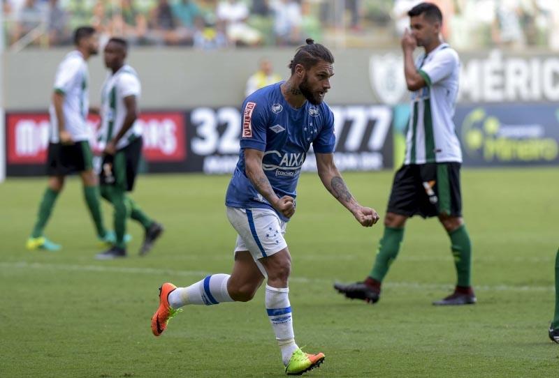 Raposa vence clássico contra o Coelho e volta à liderança do Mineiro