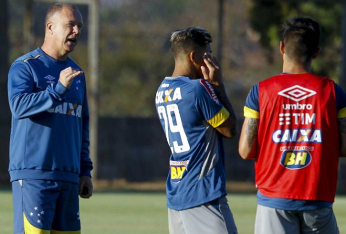Cruzeiro encara Santa Cruz no Mineirão para subir na tabela