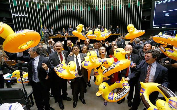 Sob protestos da oposição, Câmara dos Deputados aprova projeto da terceirização