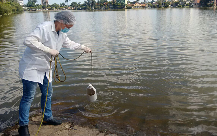 Técnicos fazem coleta de água das lagoas da cidade para análise