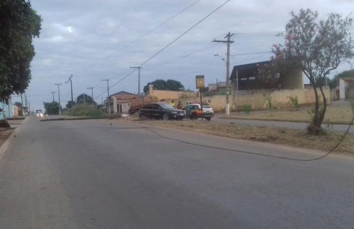 Motorista perde o controle da direção e derruba poste na Perimetral