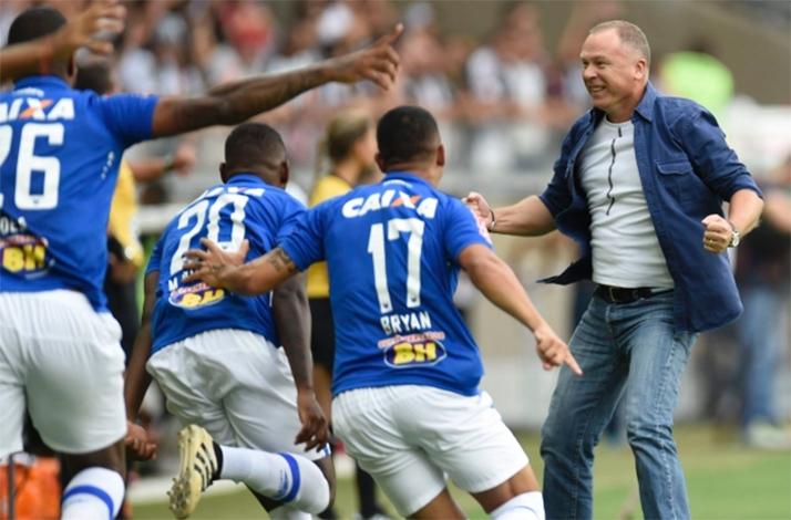 Cruzeiro bate Atlético e amplia série invicta contra o rival