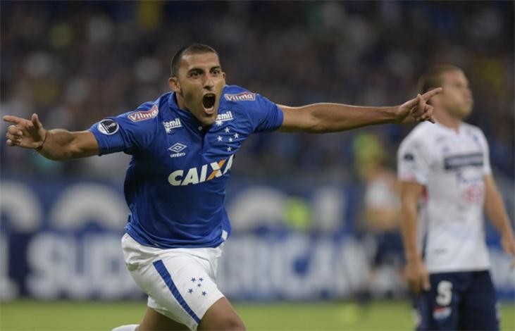 Cruzeiro toma gol no início, mas vira o jogo e leva vantagem para o Paraguai