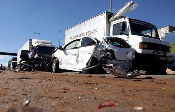 Caminhão atinge oito carros e deixa duas pessoas gravemente feridas
