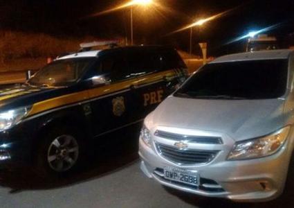 PRF recupera carro roubado em patrulhamento na BR 040
