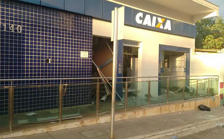 Bandidos explodem agência da Caixa em Papagaios