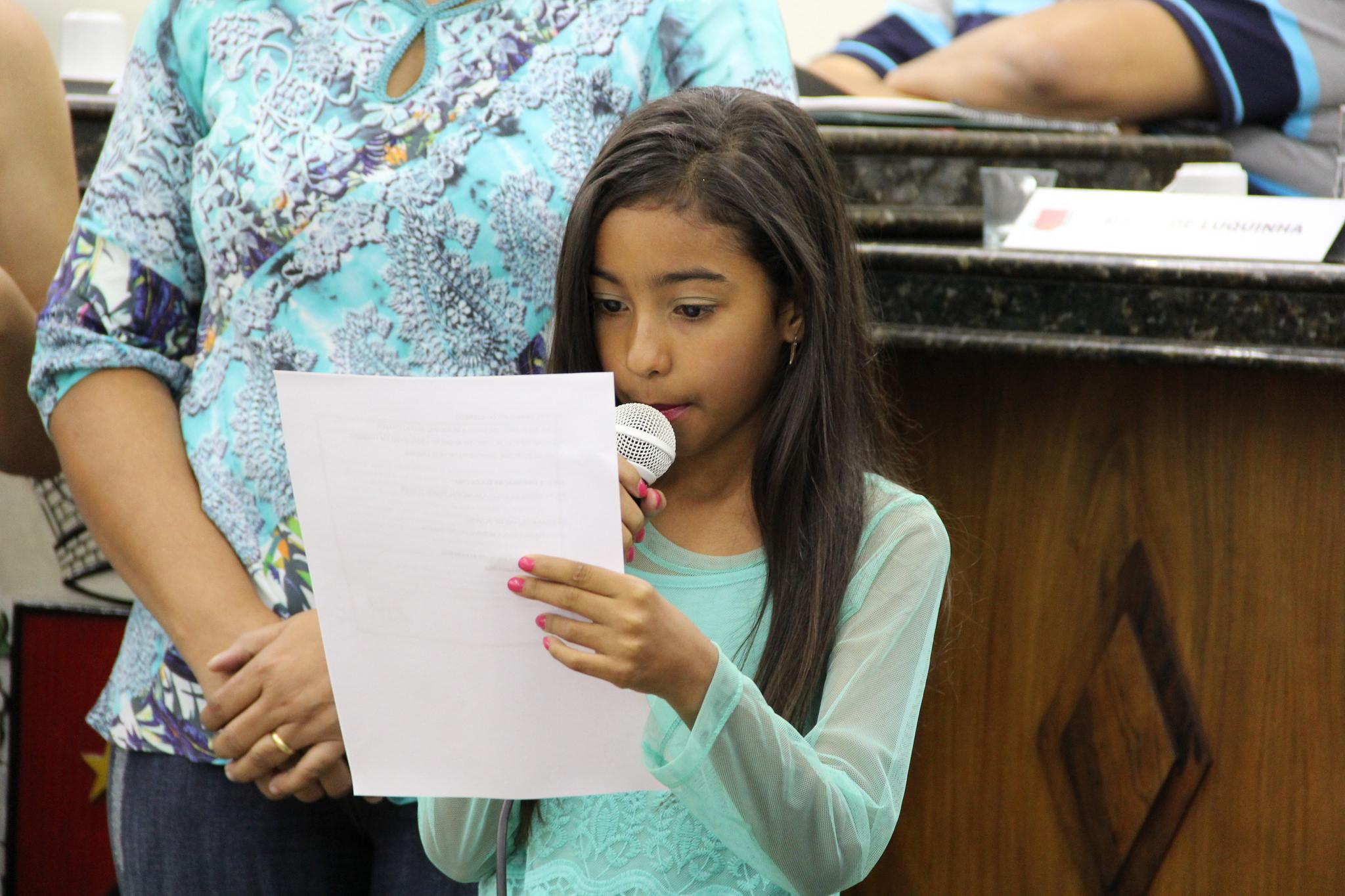 Aluna de 10 anos recebe Moção na Câmara por vencer concurso de redação