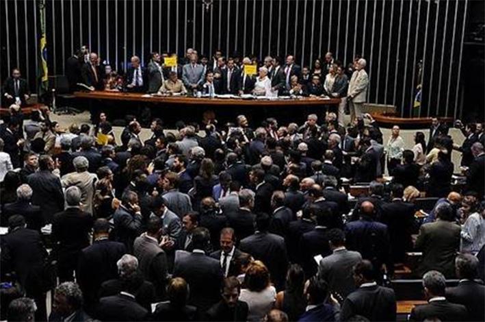 Governo reverte quadro e Câmara aprova urgência na Reforma Trabalhista