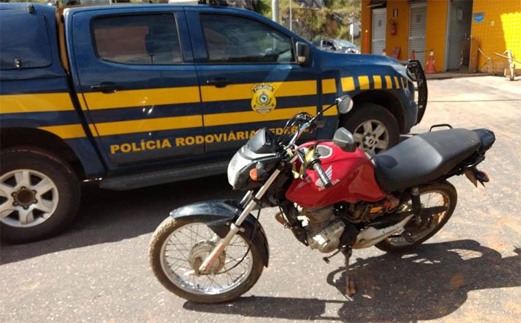 PRF prende dupla suspeita de vários crimes viajando em moto adulterada