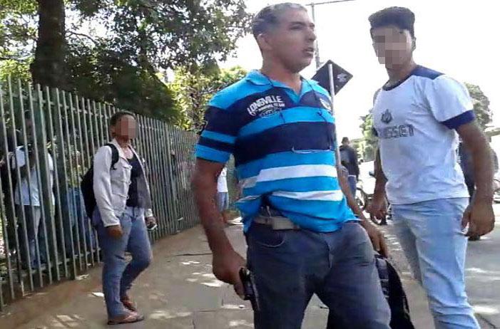 Homem é flagrado sacando arma na porta de escola em Sete Lagoas