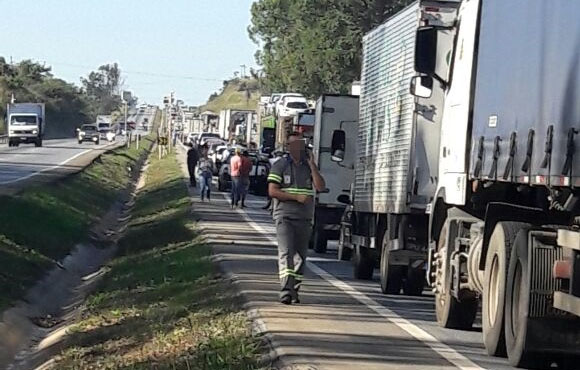 Manifestantes fecham a BR 040 em Neves na manhã desta segunda-feira