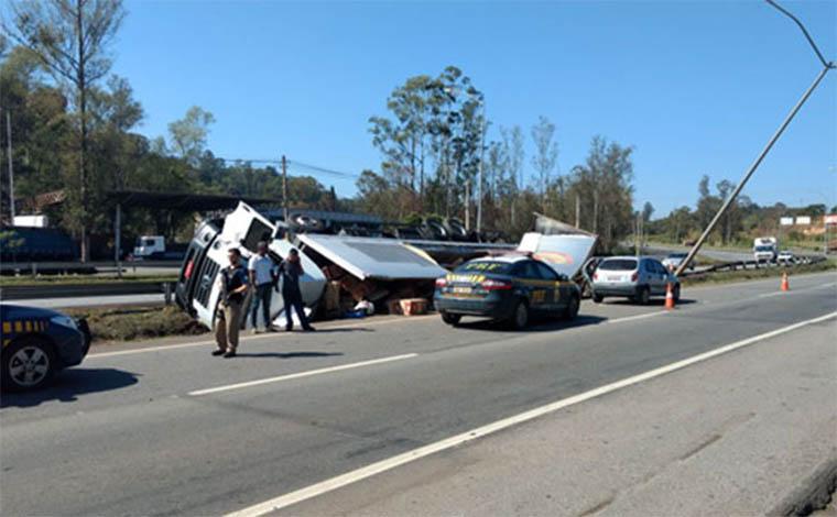 PRF prende saqueadores de carga de caminhão tombado na BR 040