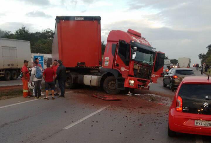 Acidente entre carreta e carro de passeio deixa uma pessoa morta na BR 040