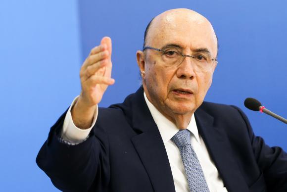 Alheio à crise no governo,  Meirelles acelera medidas econômicas