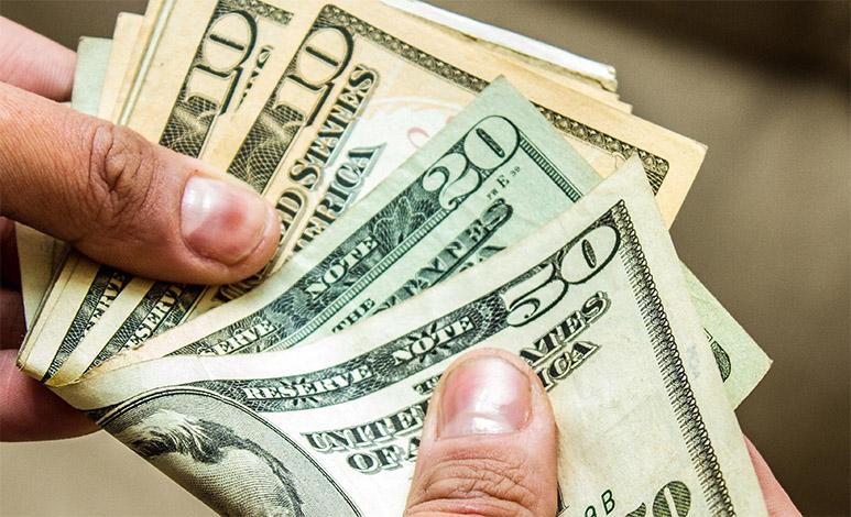 Dólar inicia a semana em alta com agravamento da crise política
