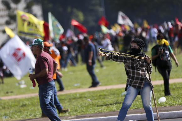 Temer convoca Forças Armadas para conter excessos de manifestantes