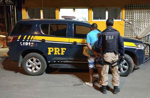 PRF prende homem dirigindo carro clonado na BR 040