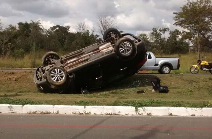 Motorista perde o controle e carro capota na Avenida Prefeito Alberto Moura