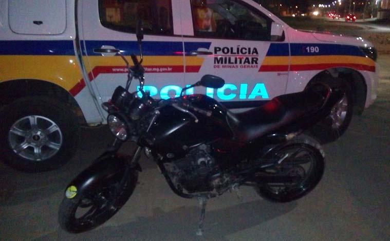 Polícia Militar persegue e prende dupla em moto roubada