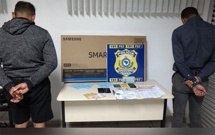 PRF prende estelionatários e apreende documentos falsos na BR 040