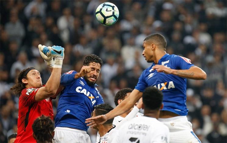 Cruzeiro produz pouco contra o líder e perde mais uma no Campeonato Brasileiro