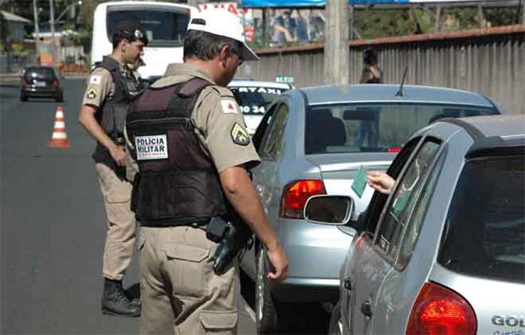 Casal é preso por divulgar blitz da Polícia Militar pelo WhatsApp