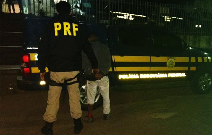 Homem é preso pela PRF com barras de maconha na BR 040