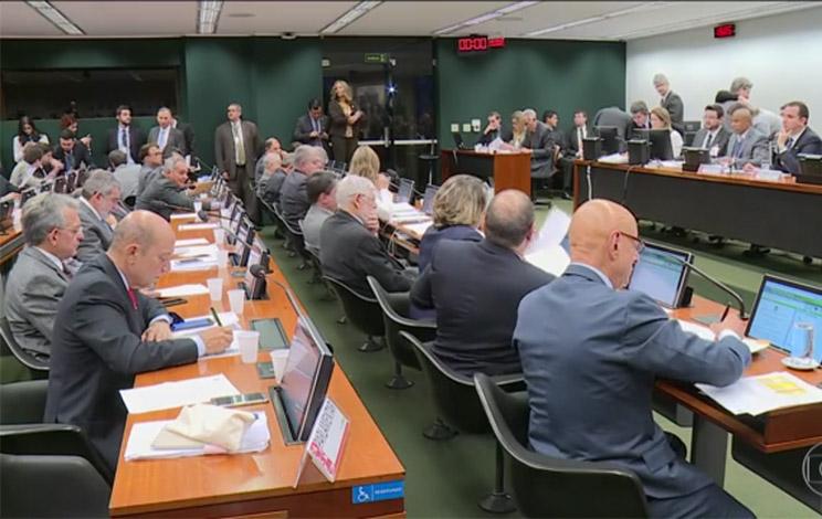 Com manobra em cima da hora, Governo remaneja 18 parlamentares na CCJ