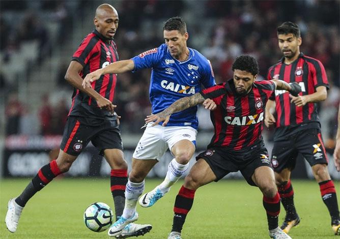 Cruzeiro vence mais uma fora de casa e espanta a crise